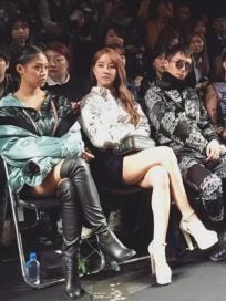 """[포토] 고우리, 나다 라비 경리와 모델 포스 대박!…""""실제론 순둥인데 엄청 쎄 보이네!""""(서울 패션위크)"""
