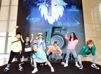 """[포토] """"히말라야 재건 학교 학생들과 블랙야크로 교류해요""""… 패션쇼 앞둔 샤인댄스 팀"""