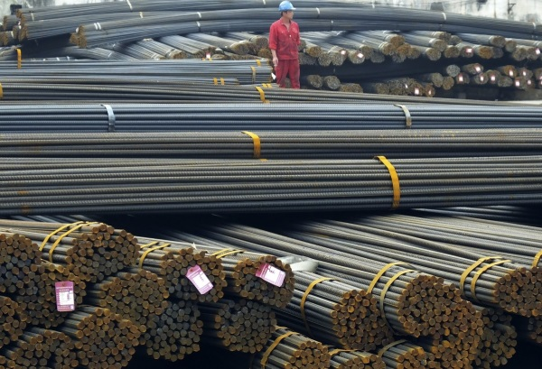 미국 상무부는 지난 5월 수입 내부식성 철강제품을 조사한 결과에 따라 한국, 중국, 인도, 이탈리아, 대만에 3~92%의 반덤핑 관세를 부과하기로 했다. 한국 철강제품에 대해선 최대 47.8%의 반덤핑 관세를 부과하기로 했고 중국 제품에 대해서는 최대 451%의 관세를 부과하기로 결정했다. 사진은 지난 4월 25일 중국 허베이성 이창에 있는 철근 시장의 모습. 사진/뉴시스