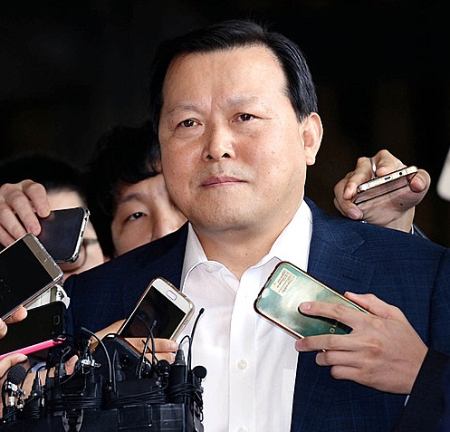 신동빈 회장 최측근 황각규 사장, 검찰 출석…비자금 조성 '부인'