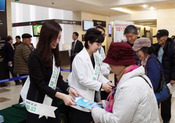 이대목동병원을 방문한 이들에게 황사마스크와 가습촉촉마스크를 전달하며 환절기 호흡기 건강관리를 당부하고 있다. 유한킴벌리 제공