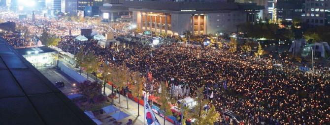 '최순실 게이트' 진상규명과 박근혜 대통령 퇴진 촉구 3차 촛불집회가 열린 지난 12일 서울 광화문 광장에서 수십만명의 시민들이 촛불을 들고 대통령 하야를 외치고 있다.