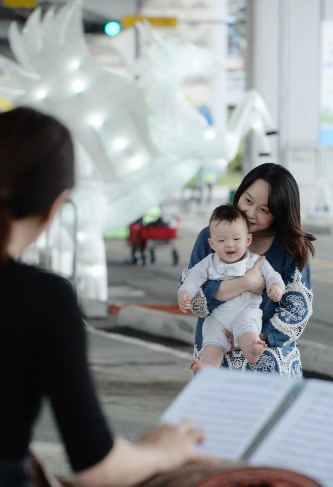 지난 9월 3일 서울 서초구 반포동 올림픽대로 잠수교와 반포한강공원 일대에서 열린 '2016 한강 다리 축제'를 찾은 엄마와 아기가 아름다운 선율과 함께 인도로 바뀐 잠수교를 즐기고 있다. /사진=뉴시스