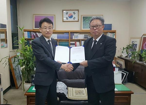 펄의 구자상 대표(왼쪽)와 전국문화원사무국장연합회 강임원 회장이 제휴를 체결하고 기념촬영하고 하고 있다. 사진=펄