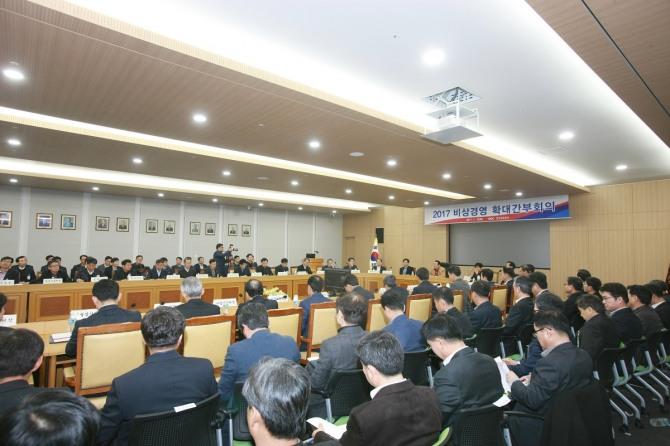 김학송 한국도로공사 사장이 10일 한국도로공사 본사에서 개최된 비상경영 확대간부회의를 주재하고 있다.