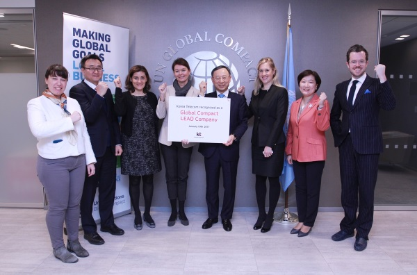 KT 황창규 회장(오른쪽 네번째)과 유엔글로벌콤팩트 리즈 킹고(Lise Kingo) 사무총장(왼쪽 네번째)이 '리드 컴퍼니(LEAD Company)' 가입에 서명하고 기념 촬영을 하는 모습. 사진=KT