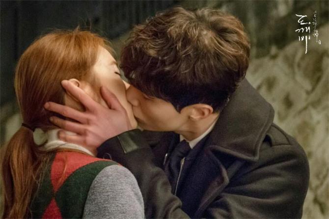 tvN 금토드라마 '도깨비' 제작진은 지난 10일 공식 페이스북을 통해 저승사자 이동욱과 써니 역의 유인나 키스신 비하인드 컷을 공개했다./사진= 공식 페이스북 캡처