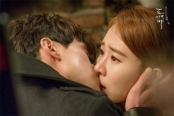 저승사자 이동욱과 써니 유인나의 키스신 비하인드 컷/사진=공식 페이스북 캡처