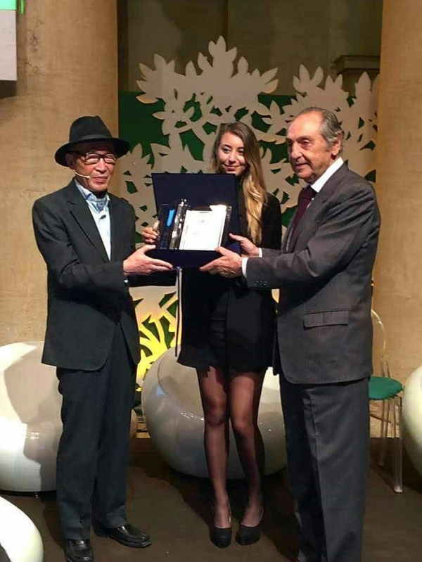 고은 시인이 아시아인 최초로 국제시인상을 수상하고 있다.