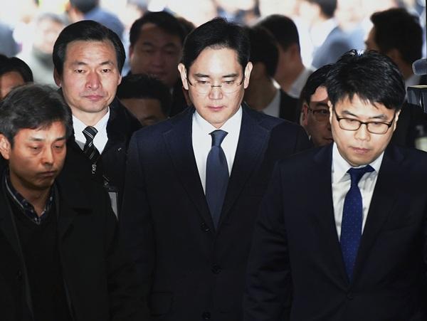 이재용 삼성전자 부회장이 지난 16일 오전 영장실질심사를 받기 위해 서울중앙지방법원으로 들어서고 있다. 사진/뉴시스