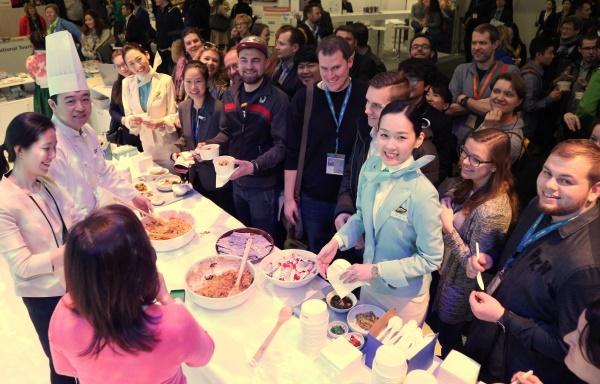 대한항공 한식 전문 기내식 조리사와 객실 승무원이 8일 행사장을 찾은 방문객들에게 비빔밥을 나눠주고 있다. 대한항공=제공
