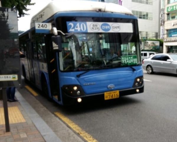 240번버스 CCTV 영상이 공개되자 논란이 전혀 다른 방향으로 흘러가고 있다. 운전기사는 충격에 운행을 중지한 상태로 알려졌다. /출처=LOT 블로그