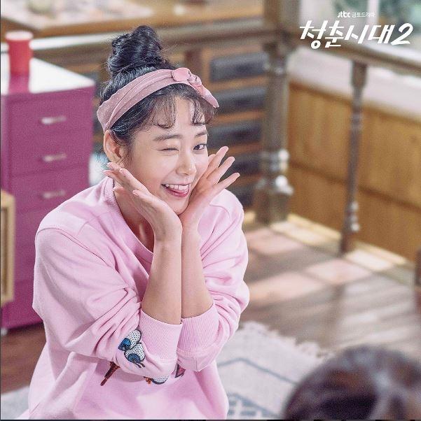 """'청춘시대2' 한승연, 원 포인트 레슨! 이것이 진정한 애교라고? """"어머, 이건 배워야해"""" 한예리(윤진명 역), 한승연(정예은 역), 박은빈(박은빈 역), 지우(유은재 역), 최아라(조은 역) 다섯 하메(하우스메이트)들의 이야기를 담아내고 있는 JTBC 금요/금토/주말드라마 '청춘시대 2'(시즌2)가 연일 화제다. 그 가운데 JTBC 금요/금토/주말드라마 '청춘시대 2'에서는 한승연의 애교 원 포인트 레슨 현장이 담긴 스틸컷을 공개해 눈길을 끈다. /사진=JTBC드라마 공식SNS ('청춘시대 2')"""