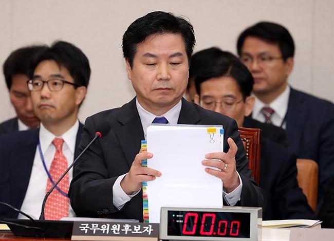홍종학 중소벤처기업부 장관 후보자가 10일 국회에서 열린 인사청문회에 참석해 서류를 정리하고 있다. 사진=뉴시스
