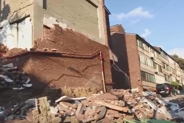 지난해 11월 포항지진 당시 외벽이 무너져 내린 주택가. 사진=유투브 홍쿤 캡쳐