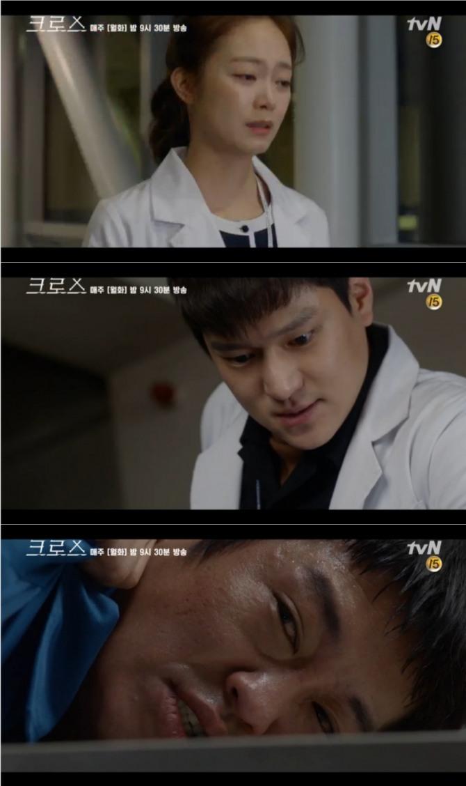 13일 밤 방송되는 tvN 월화드라마 '크로스' 6회에서는 고지인(전소민)과 강인규(고경표)가 서로 의남매임을 알고 연민의 정을 느끼는 반전이 그려진다. 사진=tvN 영상 캡처