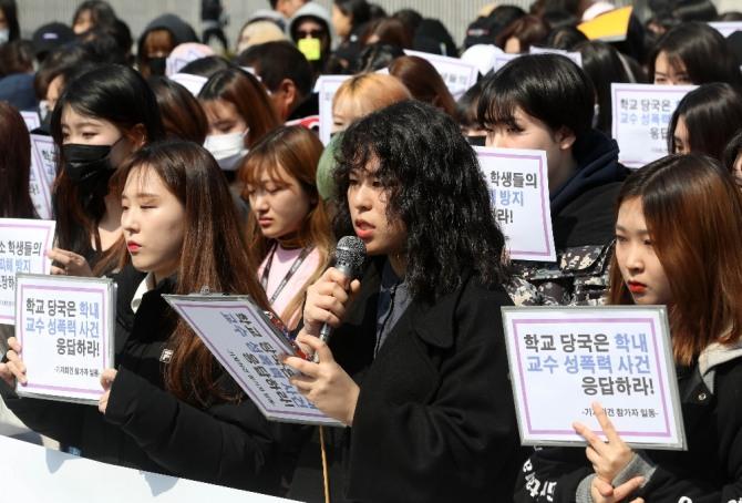 이화여대 학생들이 지난 23일 서울 서대문구 학교 정문앞에서 이화여대 음대 '미투'(#Me Too·나도 피해자다) 운동을 지지하고 문제해결을 촉구하는 기자회견을 하고 있다. 미투 운동은 남녀노소가 서로에게 고통을 주지 않고 함께 어울리는 사회를 만드는 쪽으로 승화되어야 한다. 사진=뉴시스