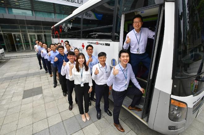 지난 13일 서울시 중구 농협은행 본점에서 농협은행 임직원들이 단체헌혈을 하기 위해 헌혈버스 앞에서 줄지어 순서를 기다리고 있다. 사진= NH농협은행 제공.