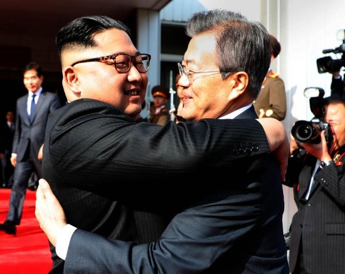 문재인 대통령과 김정은 북한 국무위원장이 5월 26일 오후 판문점 북측 통일각에서 정상회담을 마친 후 헤어지며 포옹하고 있다. 사진=뉴시스