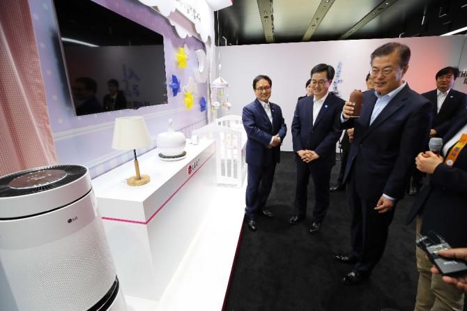 문재인 대통령이 지난 5월 17일 서울 강서구 마곡 R&D 단지에서 열린 혁신성장 보고대회에서 LG유플러스 관계자로부터 인공지능(AI)을 이용한 제품을 살펴보고 있다. 사진=뉴시스