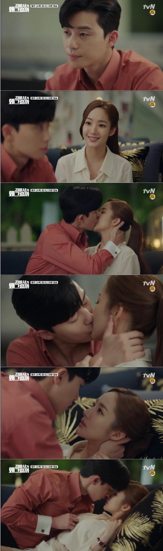 12일 방송된 tvN 수목드라마 '김비서가 왜그럴까' 12회에서는 그동안 유괴 트라우마로 젊은 여자에게 다가가지 못했던 이영준9박서준)이 김미소(박민영)에게 먼저 다가가 먼저 딥 키스를 나누는 반전이 그려졌다. 사진=tvN 방송 캡처