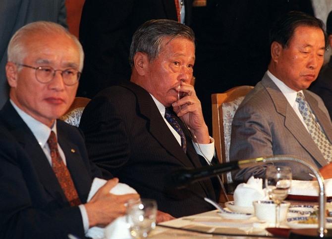 폐암수술을 받은 故 최종현 회장(왼쪽 두번째)이 IMF 구제금융 직전인 1997년 9월, 산소 호흡기를 꽂은 채 전경련 회장단 회의에 참석, 경제위기 극복방안을 논의하고 있다.