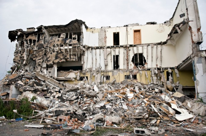 인도 동부에 사이클론 '티틀리'가 강타해 9명이 사망하고 30만 명이 높은 지대로 긴급 대피했다.