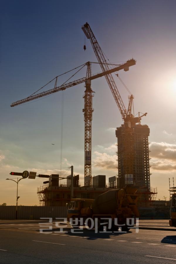 대북사업의 신호탄이 될 수 있는 동·서해선 철도·도로 연결 착공식을 앞두고 건설사들이 대북TF팀을 꾸리는 등 분주히 움직이고 있다.