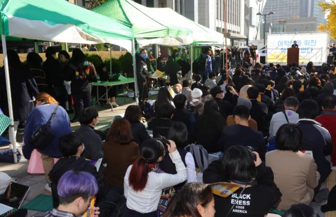 청소년 페미니즘 모임 등 여성단체들이 서울 중구 파이낸스빌딩 앞에서 '여학생을 위한 학교는 없다' 스쿨미투 집회를 하고 있다. 우리 사회는 극단적인 사고를 피하고 서로를 존중하는 의식이 절실하다. 사진=뉴시스
