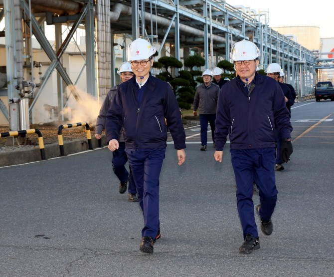 임병연 롯데케미칼 대표이사(왼쪽)가 여수공장을 점검하고 있다.  사진=뉴시스
