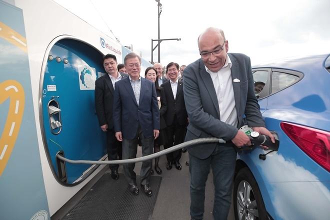 문재인 대통령이 지난해 10월 14일(현지시간) 프랑스 파리 도심인 알마광장에서 가스업체 에어 리퀴드가 운영 중인 수소 충전소를 방문해 현대자동차 수소 전기차 '투싼'을 운전하는 택시기사의 충전 시연을 바라보고 있다.  사진=뉴시스