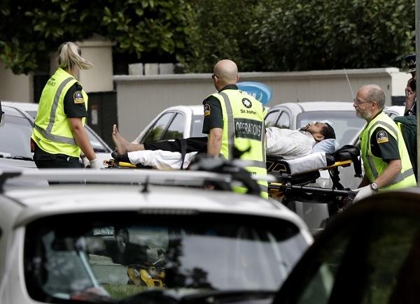 대규모 총기난사 사건이 발생한 뉴질랜드 크라이스트처치 중심부에서 15일 구급대원들이 부상자를 옮기고 있다. 이슬람 사원 2곳에서 총격이 일어나고 자동차 안에서 폭탄이 발견되기도 했다. 범인 한 명은 이것은 테러 공격이라고 밝히는 성명서를 낭독하기도 했다.(사진=AP/뉴시스)