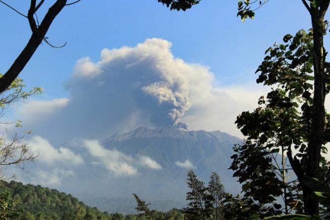 백두산 화산 폭발 조짐이  나오고 있는 가운데 일본 기상청이 비상경계령을 내렸다. 아소산(阿蘇山) 분화구 흔들 흔들하면서 화산폭발 가능성이 높아지고 있다는 것이다.