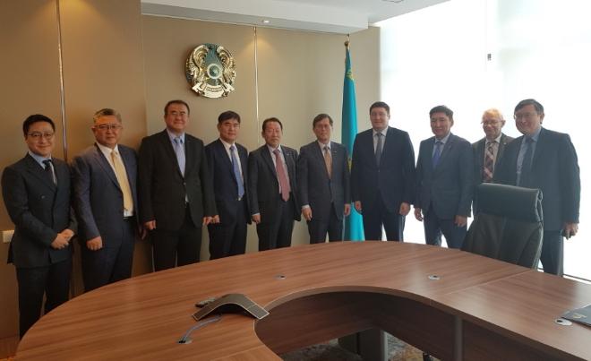 지난 3일 한국수력원자력 정재훈 사장(오른쪽 5번째)이 카자흐스탄을 방문해 국부펀드 삼룩카지나의 에너지담당 CEO 알마사담 삿칼리예프(오른쪽 4번째) 등 현지 관계자들과 면담한 뒤 기념사진을 찍고 있다. 사진=한국수력원자력