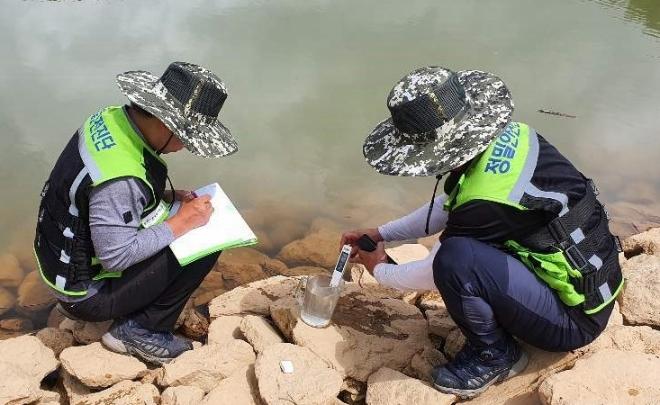 한국농어촌공사 안전진단팀이 라오스 시엔꽝 저수지에서 누수 지점과 인근의 전기전도도 측정을 통해 누수여부를 파악하고 있다. 사진=한국농어촌공사