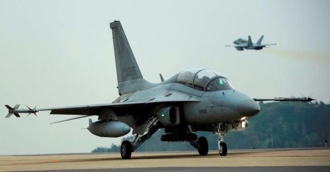 한국이  아르헨티나에 수출을 추진중인 한국우주항공산업(KAI)의 경공격기 FA-50이 이륙준비를 하고 있다. 사진=조나밀리타르