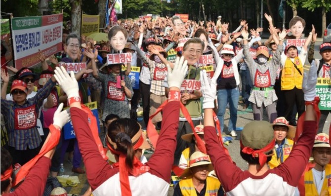 LH 10년 공공임대연합회 회원들이 지난 7월 경기도 성남시 분당구 구미동 LH경기지역본부 앞에서 분양가상한제 적용을 촉구하며 시위를 벌이고 있다. 사진=뉴시스