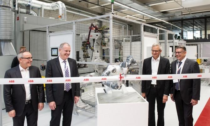 로베르트 이츠슈네르 ABB스위스 최고경영자(왼쪽에서 세 번째) 등이 지난달 31일 바덴의 ABB 에너지저장장치 생산 공장 개장 기념식에서 테이프 커팅에 앞서 환하게 웃고 있다. 사진=ABB홈페이지