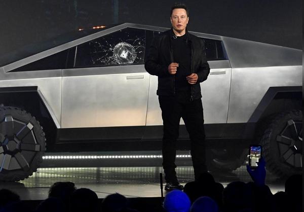 전기자동차업체 테슬라 일론 머스크 CEO가 22일(현지시각) 미래형 픽업트럭 '사이버트럭'을 공개하고 있다. 사진=로이터
