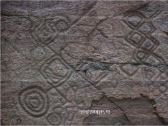 기하학적 문양의 동물 등 새겨진 울산 천전리 암각화