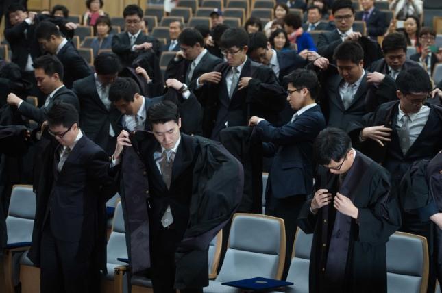 옷은 현상을 지배하는 힘이 있다. 법관은 법복에서 그 권위가 나온다. 서울 대법원에서 열린 신임 법관 임명식에서 신임 법관이 법복을 입고 있다.