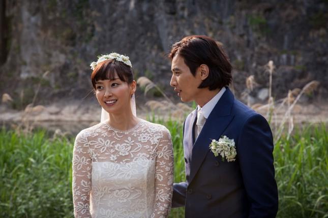 배우 원빈과 이나영이 지난 5월 30일 강원도 정선 덕우리의 밀밭 오솔길에서 비공개 결혼식을 올렸다.