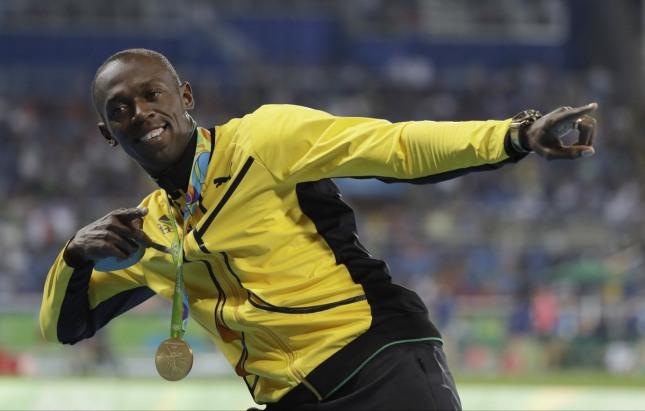 금메달을 목에 건 우사인 볼트가 지난 16일(한국시각) 브라질 리우 마라카낭 올림픽 주경기장에서 열린 2016 리우데자이네루 올림픽 육상 100m를 9.81초의 기록으로 우승하며 올림픽 100m 3연패를 달성한 뒤 포즈를 취하고 있다. /사진=뉴시스