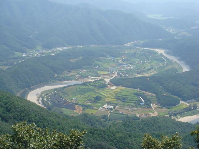 산이 물을 감싸고 물이 산을 감싸고 있다.