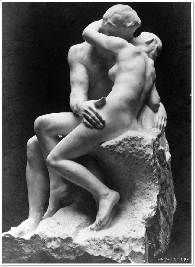 1889년 대리석으로 만든 로댕(Rodin)의 '키스(The Kiss)'.