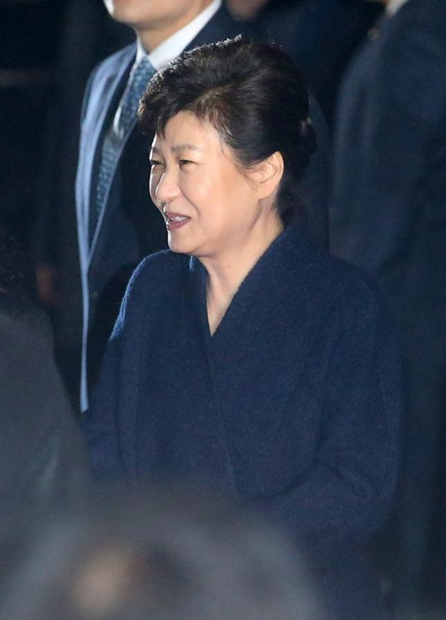 박근혜 전 대통령이 12일 서울 강남구 삼성동 사저로 들어서며 인사를 나누고 있다. /사진=뉴시스