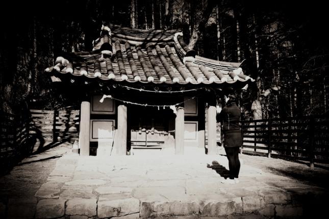 한 무속인이 충청북도 단양군 죽령산신당(竹嶺山神堂)을 찾아 기도를 올리고 있다.