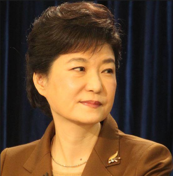 박근혜 전 대통령은 지난 2006년 지방선거 유세도중 '커터칼 테러'를 당했다. 그후 오른쪽 뺨 밑에 남은 상처는 관상학적으로 부하를 잃게 됨에 따라 참모들의 일탈과 국정농단사태를 불러오게 됐다.