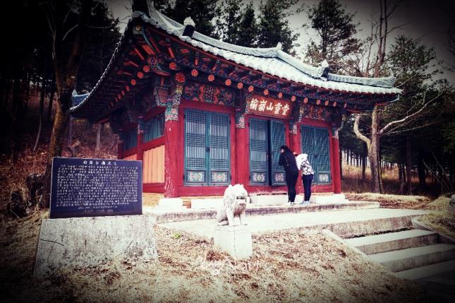 한 무속인과 제자가 태백시 황연동 유령산령당에서 기도를 올리고 있다.