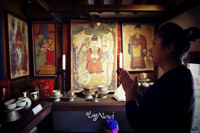 서울시 은평구 금성당(錦城堂)에서 한 무속인이 기도를 올리고 있다.